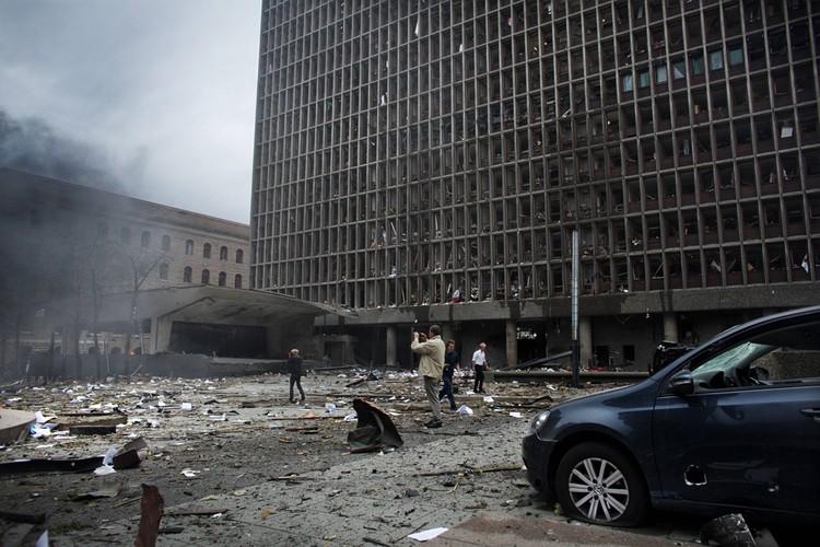У здания правительства Норвегии в первые минуты после взрыва.