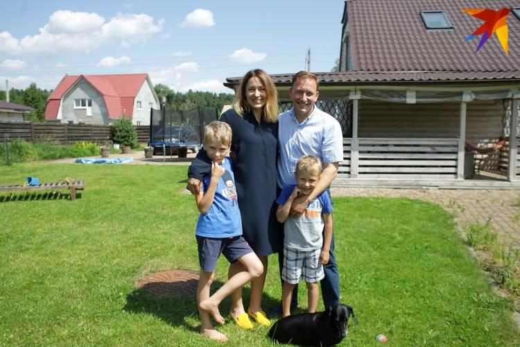 Кандидат в президенты Беларуси Андрей Дмитриев с женой Татьяной и сыновьями Владимиром и Федором.