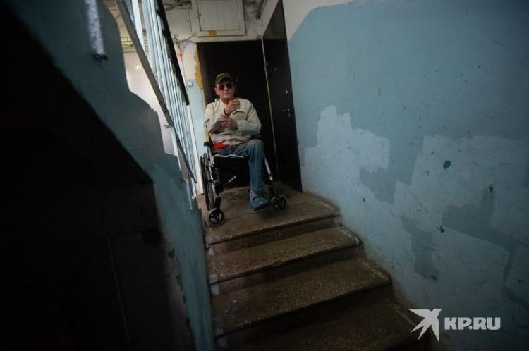 Подъезды жилых домов в Екатеринбурге также не приспособлены для движения на инвалидном кресле.