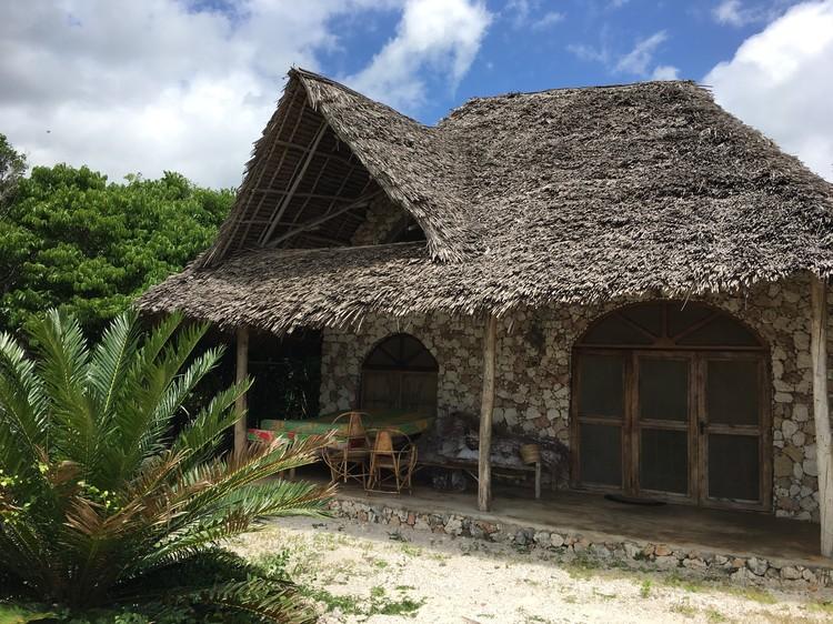На острове очень много отелей с бунгало. Причем почти все на первой линии. Все номера в африканском стиле. Удобства, холодильник, вентилятор, кондиционер имеются.