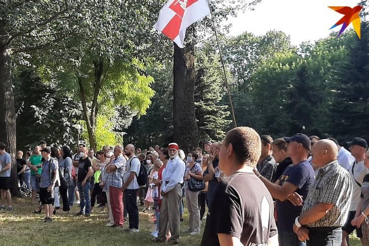 Собравшиеся были с национальными флагами и одеждой с такой символикой, а также в бело-красных цветах.