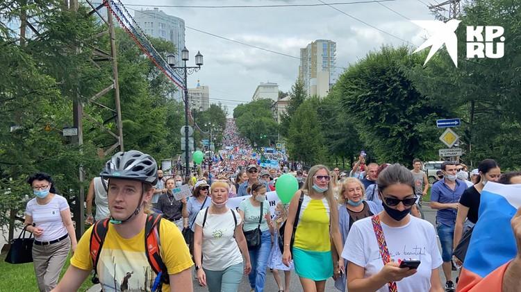 Тысячи хабаровчан уже много дней выходят на протестные шествия.