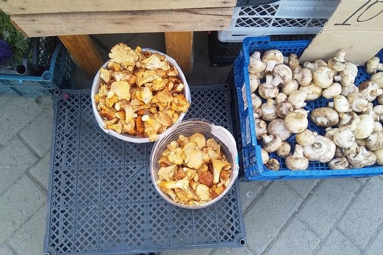 В продаже есть и грибы.