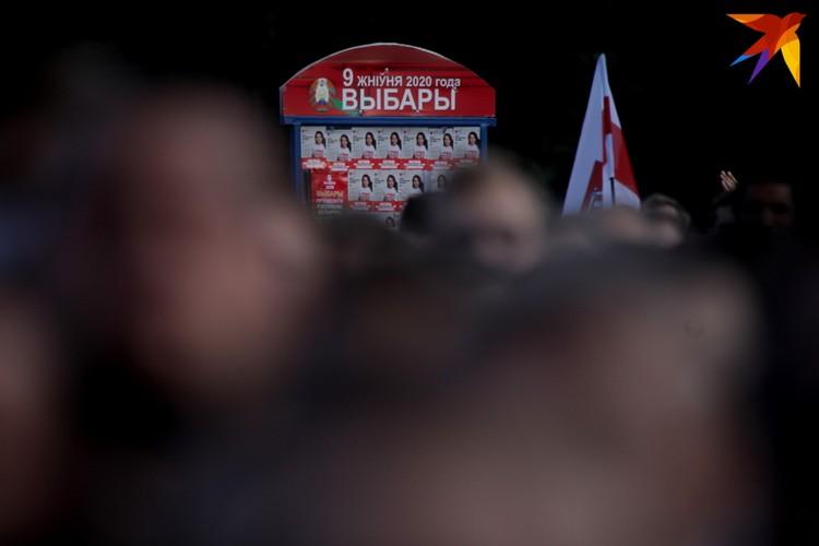 Стенд со списком кандидатов почти полностью оклеен листовками с фотографиями Светланы Тихановской.