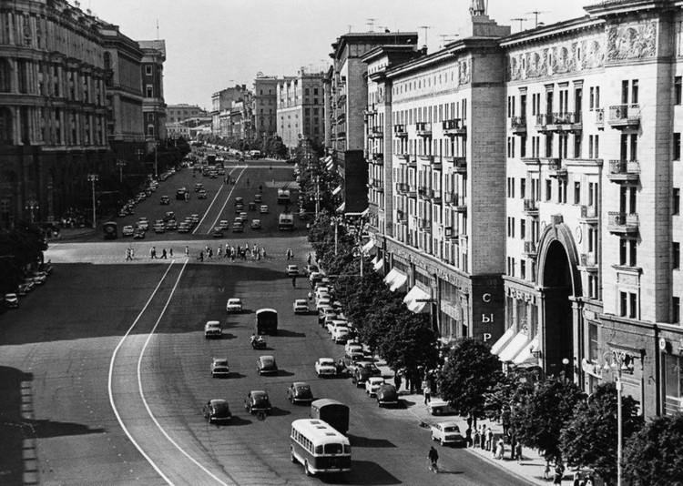 По мысли Сталина, московские улицы должны были стать такими же прямыми и широкими, как улица Горького (ныне Тверская).