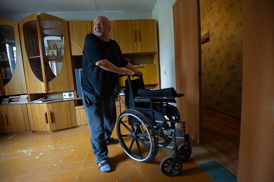 Диабет дал осложнения на ноги и теперь Александр с трудом передвигается. Фото: Алексей БУЛАТОВ