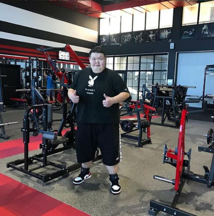 Минус 90 кг. он отметил в спортзале.