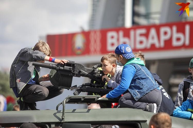 Дети с удовольствием исследовали военную технику.