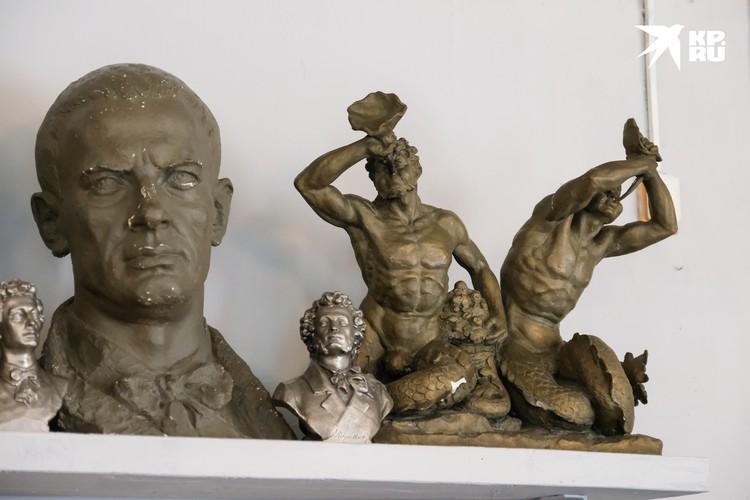 Николай Дадыкин принимал участие в послевоенной реконструкции большого каскада фонтанов в Петергофе.