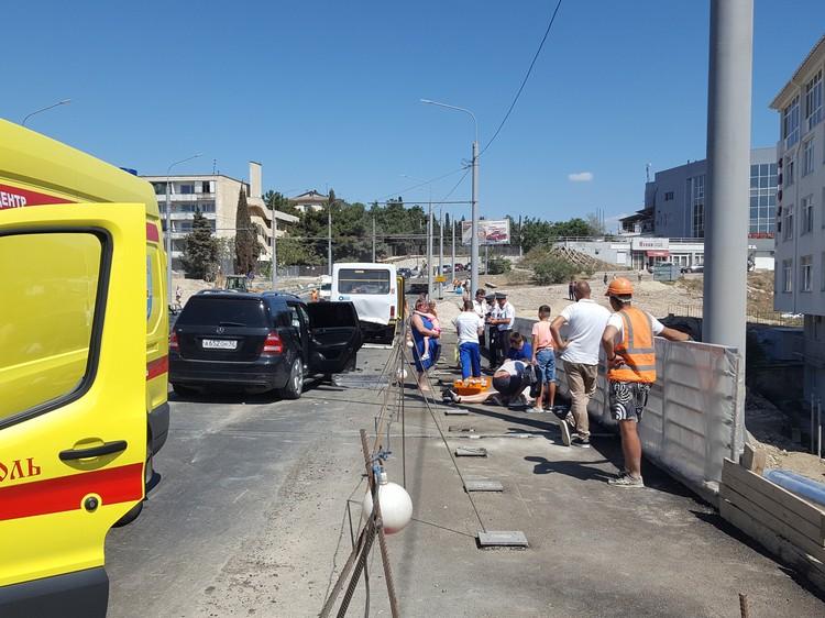 По словам очевидцев, серьезная медицинская помощь потребовалась пассажирке Мерседеса. После аварии она без сознания лежала на тротуаре, пока врачи не одели ей на шею фиксатор, чтобы доставить в больницу