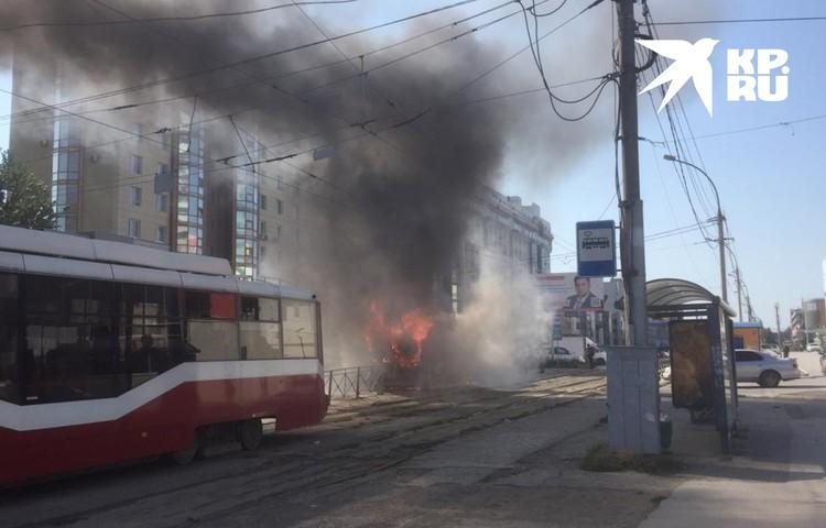 Пассажиры трамвая не смогли выйти на остановке.