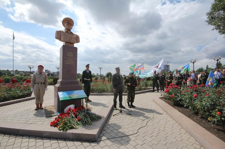 В Донецке отметили 90-летие ВДВ
