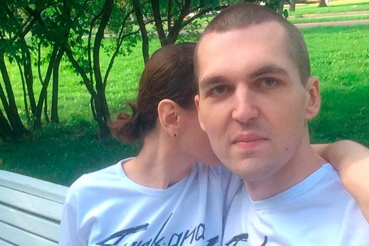 А вот совместных фото Картрайта и сего жены в Сети практически нет.