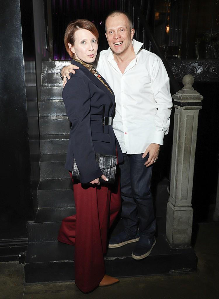 Яна Чурикова в модных брюках клеш с виновником вечеринки Грувом. Фото: Николаев Евгений