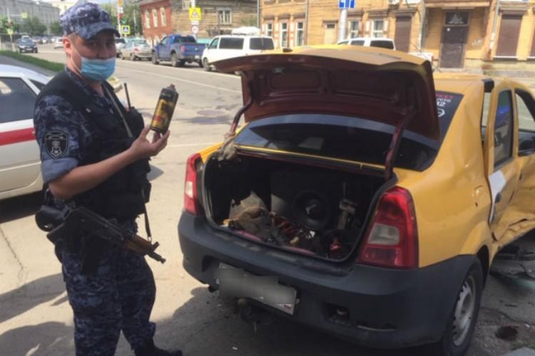 Дмитрий Аскаров показывает тот самый газовый баллон, из-за которого произошел пожар. Фото: пресс-служба Росгвардии Иркутской области