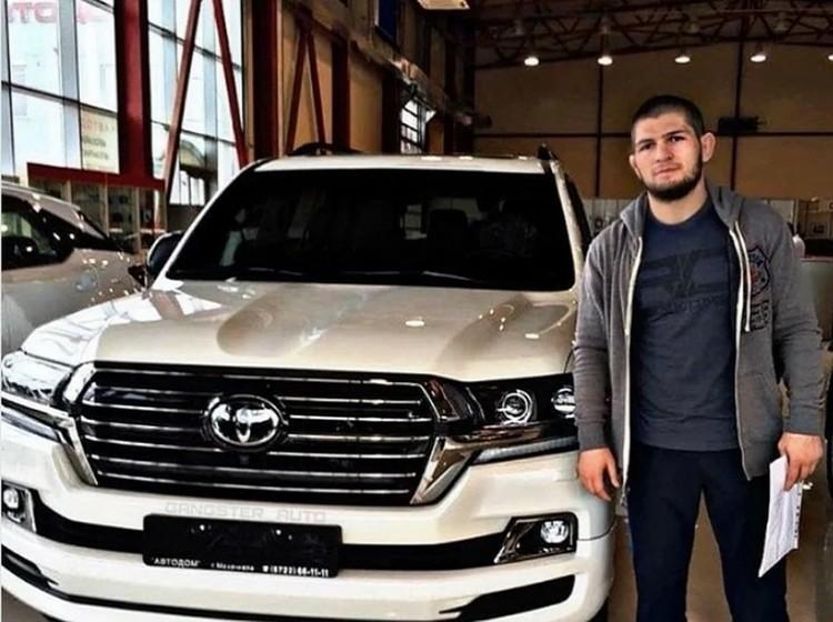 Самой удобной машиной Нурмагомедова, на которой он с удовольствием может рассекать по горным дорогам Дагестана, стала Toyota Land Cruiser 200