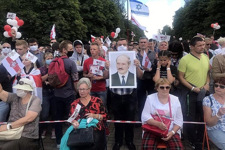 Белорусы хотя и привыкли молча ждать хорошей жизни, которую им обещает Батька, но раздражение копилось