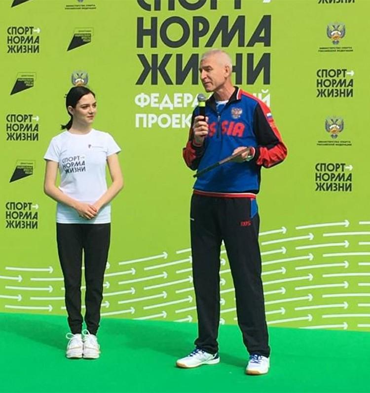Евгения Медведева провела «утреннюю зарядку» на территории министерства спорта России. На фото - с министром спорта Олегом Матыциным.