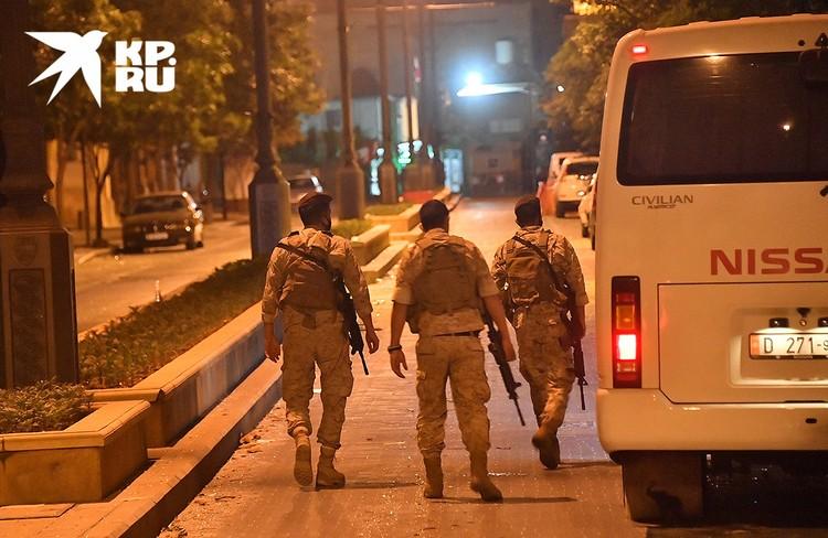 Ночью за порядком на улицах следят военные патрули.