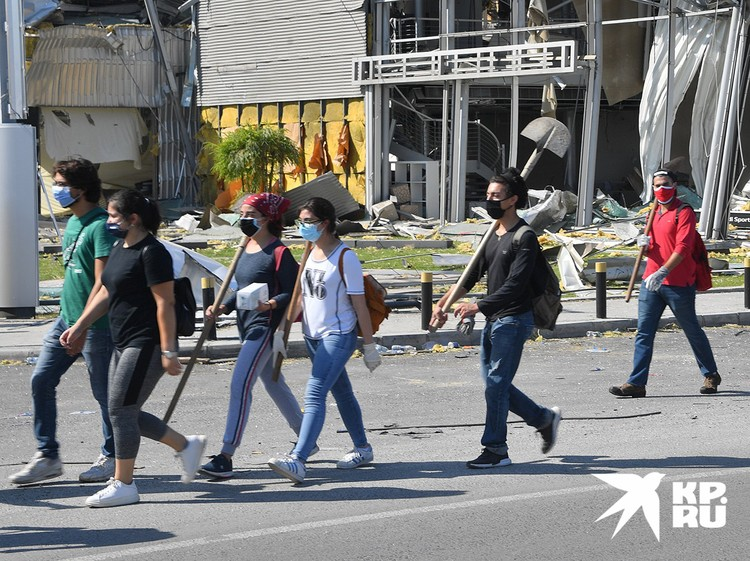 Молодые ливанцы отправляются на уборку города с лопатами.