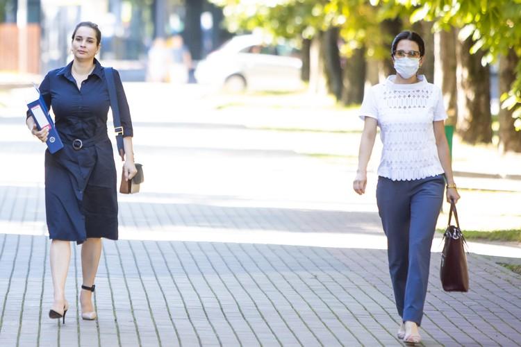 Элина Сушкевич (слева) и Елена Белая пришли на заседание вместе, хотя и держались на расстоянии.