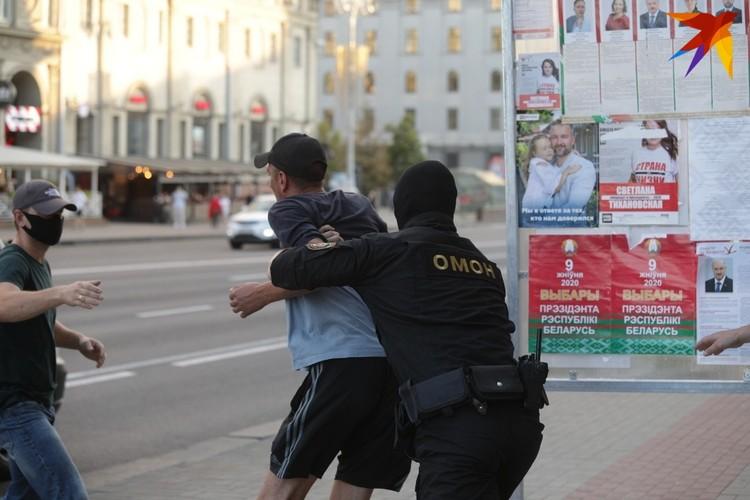 Около 40 человек всего за два часа были задержаны у станции метро Октябрьская
