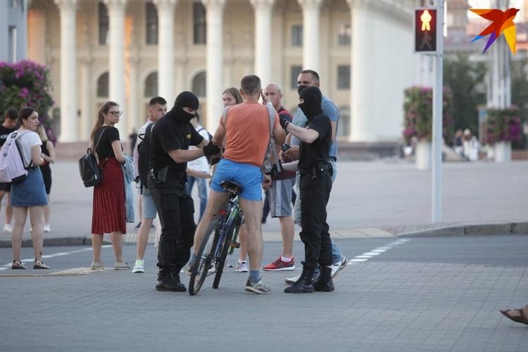 Как минимум 5 велосипедистов были задержаны за два часа у метро Октябрьская