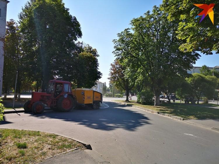 Трактор мыл улицы микрорайона, чтобы сделать эти выборы чуть-чуть чище.