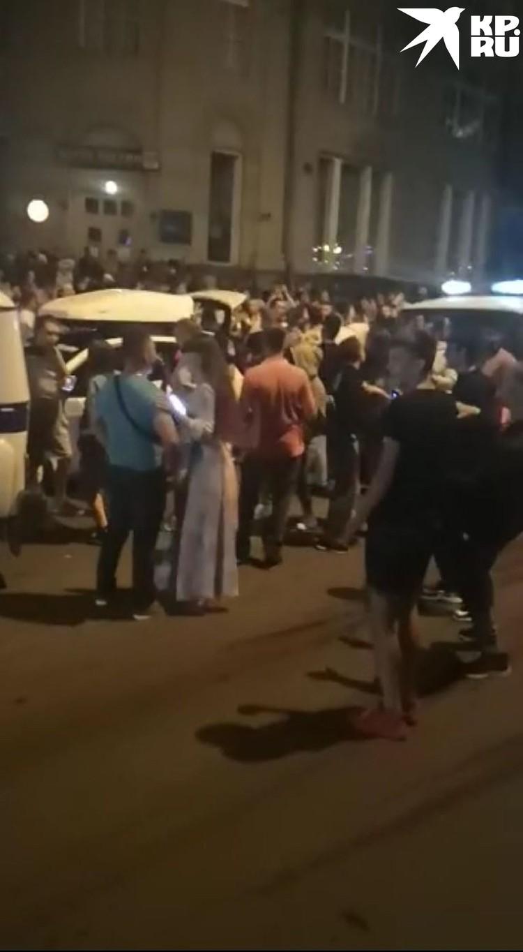 Толпа вышла на улицу. Фото: скриншот из видео.