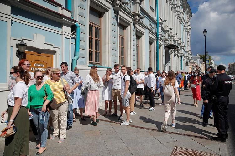 Очередь у посольства Белоруссии в Москве.