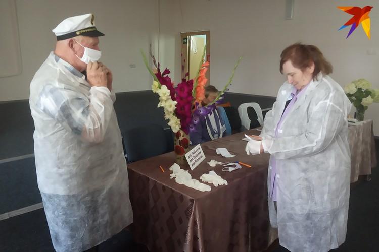 К тем, кто не может прийти на участок, повезут урны на дом. Из-за коронавируса члены комиссии облачаются в халаты, маски и перчатки.