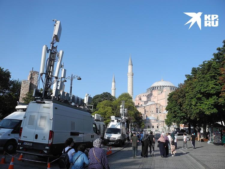 Передвижные вышки сотовой связи установили из-за наплыва желающих попасть теперь уже в мечеть Айя-София