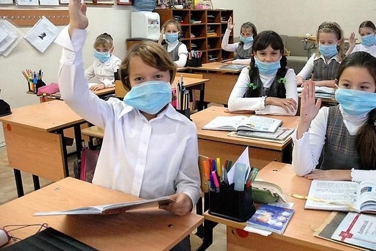 Ношение масок для учеников не обязательно, но если родители решили дать ребенку маску, нужно помнить, что меняется она через каждые три часа.
