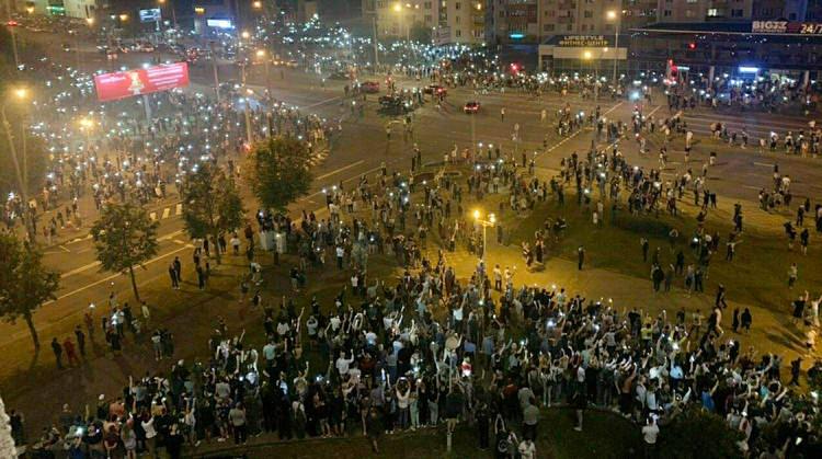 Недовольные результатами выборов люди вышли на улицы