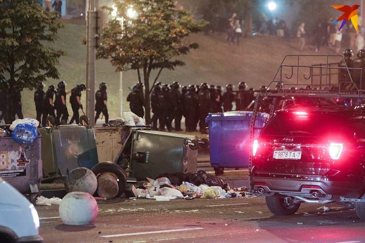 Столкновения силовиков и протестующих в ночь на понедельник, 10 августа.