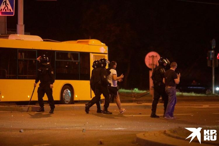 Правоохранители в Минске тоже не миндальничают с протестующими.
