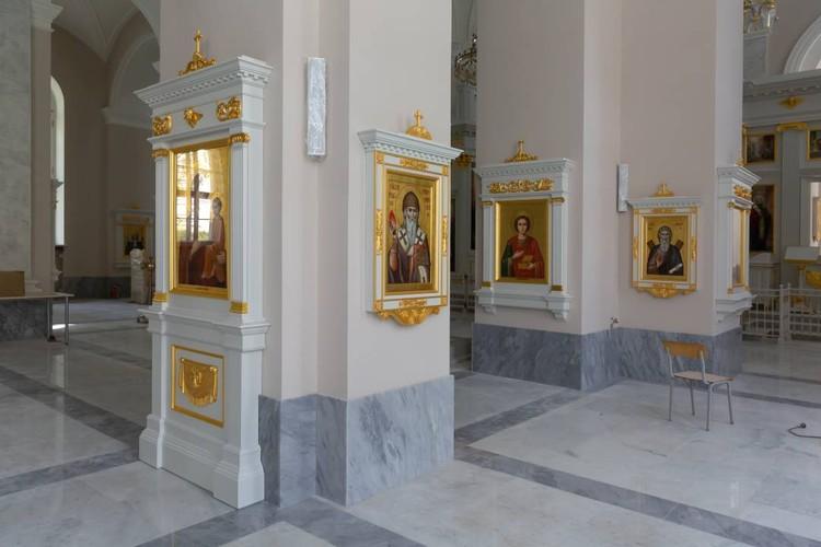 Иконы только в киотах и иконостасе. Строгость, непривычная для современных храмов. Фото предоставлено фондом «Созидающий мир».