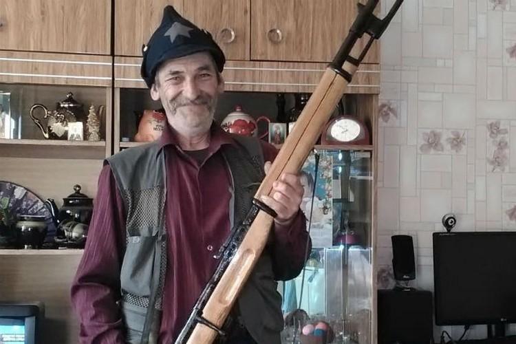 У Игоря Перевалова большая коллекция оружия из дерева. Фото: личный архив Игоря Перевалова