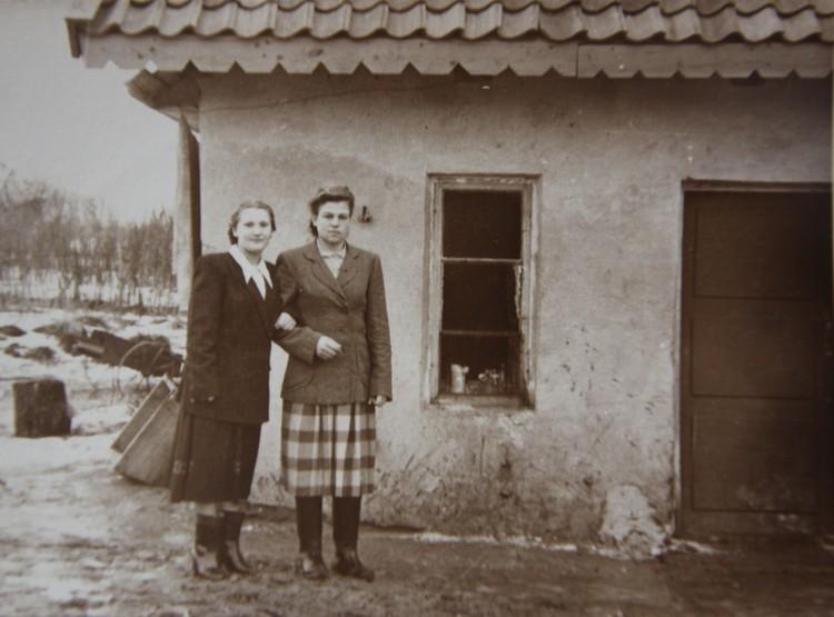 Жена Дмитрия Титова, Валентина (слева), во Владимирово с сестрой.