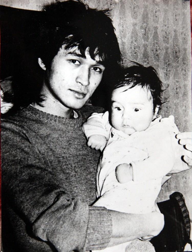 Виктор Цой с сыном Сашей, 1985 год. Пересъемка из семейного архива