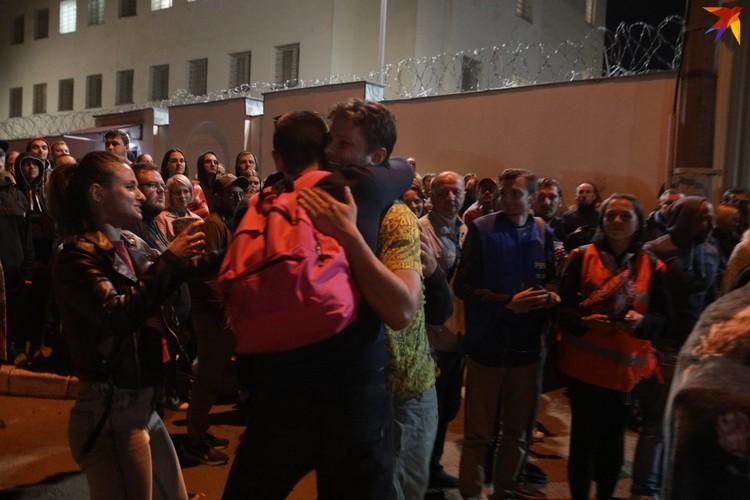 Из Центра изоляции правонарушений на Окрестина начали выпускать задержанных на акциях протеста.