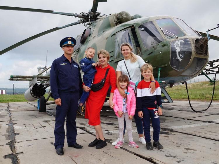 Ярослав Ефремов с семьей на аэродроме. Предоставлено пресс-службой Росгвардии