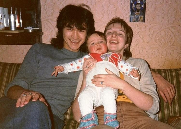 Виктор Цой с супругой Марьяной и сыном.