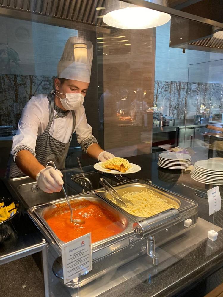 Обеды в столовой - только через стекло. Фото: Анна Артемьева