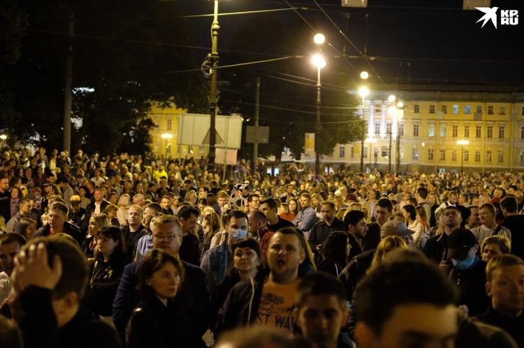 Сотни человек решили этой ночью посмотреть на красивую акцию памяти.