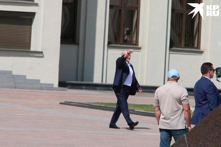 Президент Белоруссии Александр Лукашенко присоединился с митингу сторонников в центре Минска.
