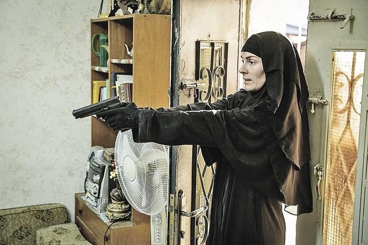 Агент национальной безопасности Фатима (Алиетт Офейм) с террористами не церемонится. Фото: Кадр из фильма