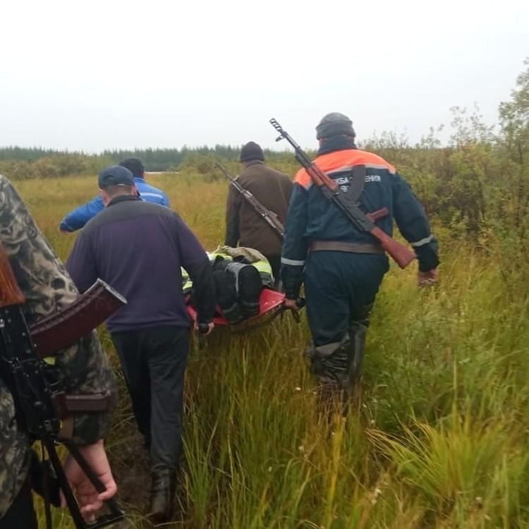Когда подоспела группы, рыбака на руках вынесли из леса. Фото предоставлено Алексеем Тарасовым