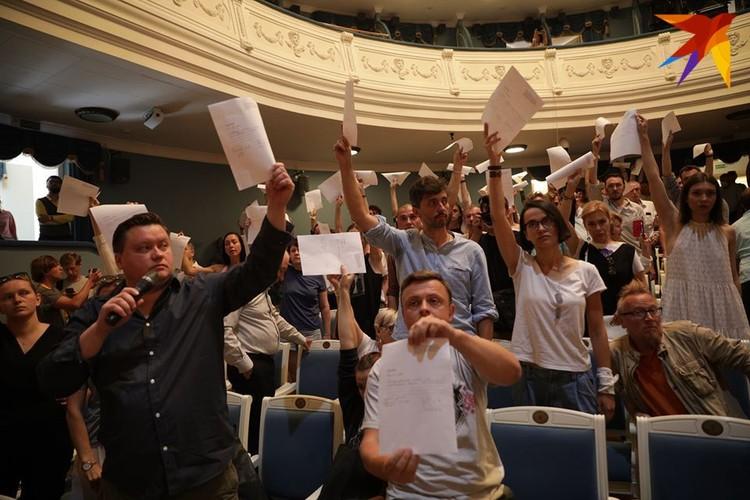 Артисты с заявлениями на увольнение после того, как был уволен гендиректор Купаловского Павел Латушко.