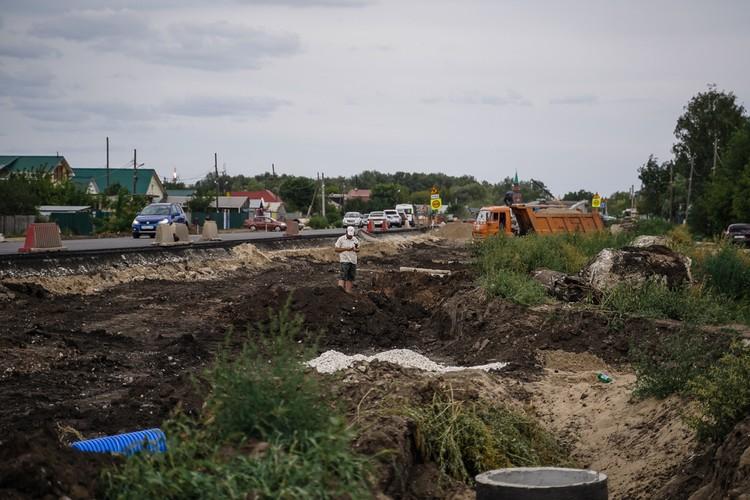 Из-за строительства развязки некоторые участки дороги напоминают минное поле